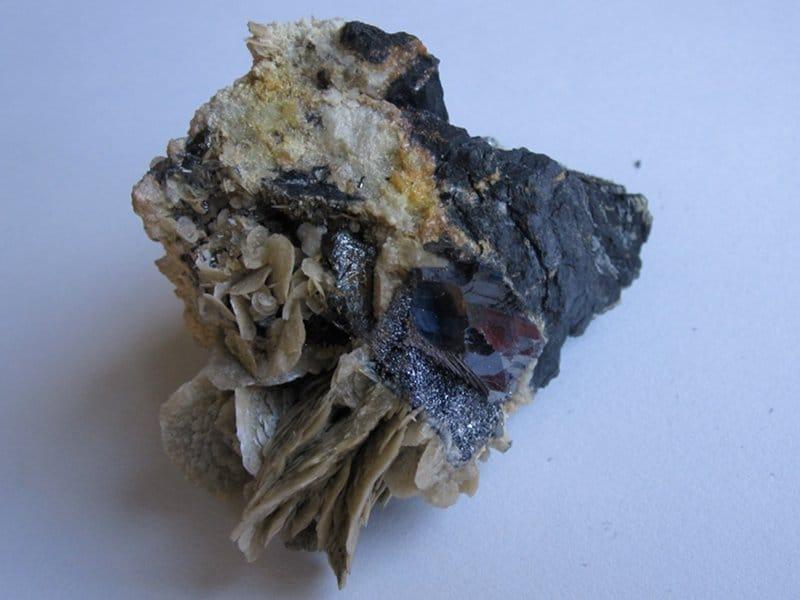 Canizzarite, bournonite, tétraédrite et sidérite, mine de La Mure, Isère.