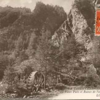 """Carte Postale Ancienne (CPA) : """"Mines de Peisey, galerie du Vieux Puits et Ruines de l'ancienne chapelle""""."""
