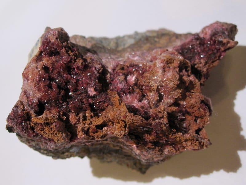 Erythrite et rosellite, mine de Bou Azzer, Maroc.