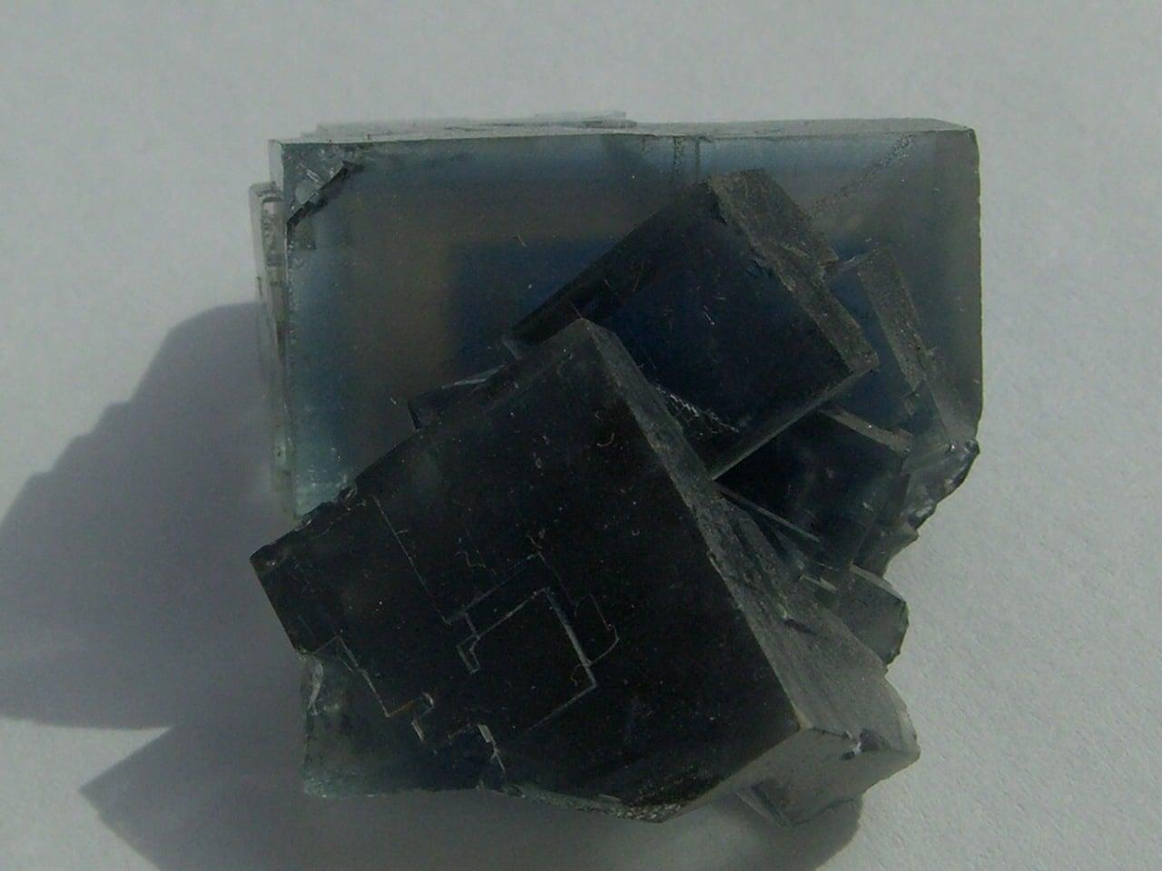 Fluorine bleue de Montroc (Mont-Roc, Tarn) avec fantômes.