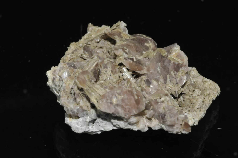 Axinite des environs du lac Lauvitel en Oisans (Isère).