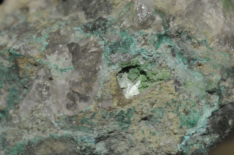 Bayldonite et olivénite de la mine de Voltennes à La Petite-Verrière (Morvan).