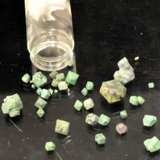 Cristaux de cuprite partiellement pseudomorphosée en malachite, de la mine de Chessy (Rhône).
