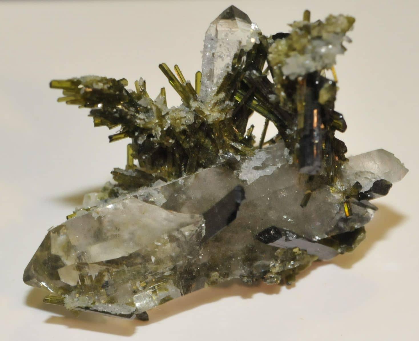 Cristaux d'épidote sur quartz de Cevins en Tarentaise (Savoie).
