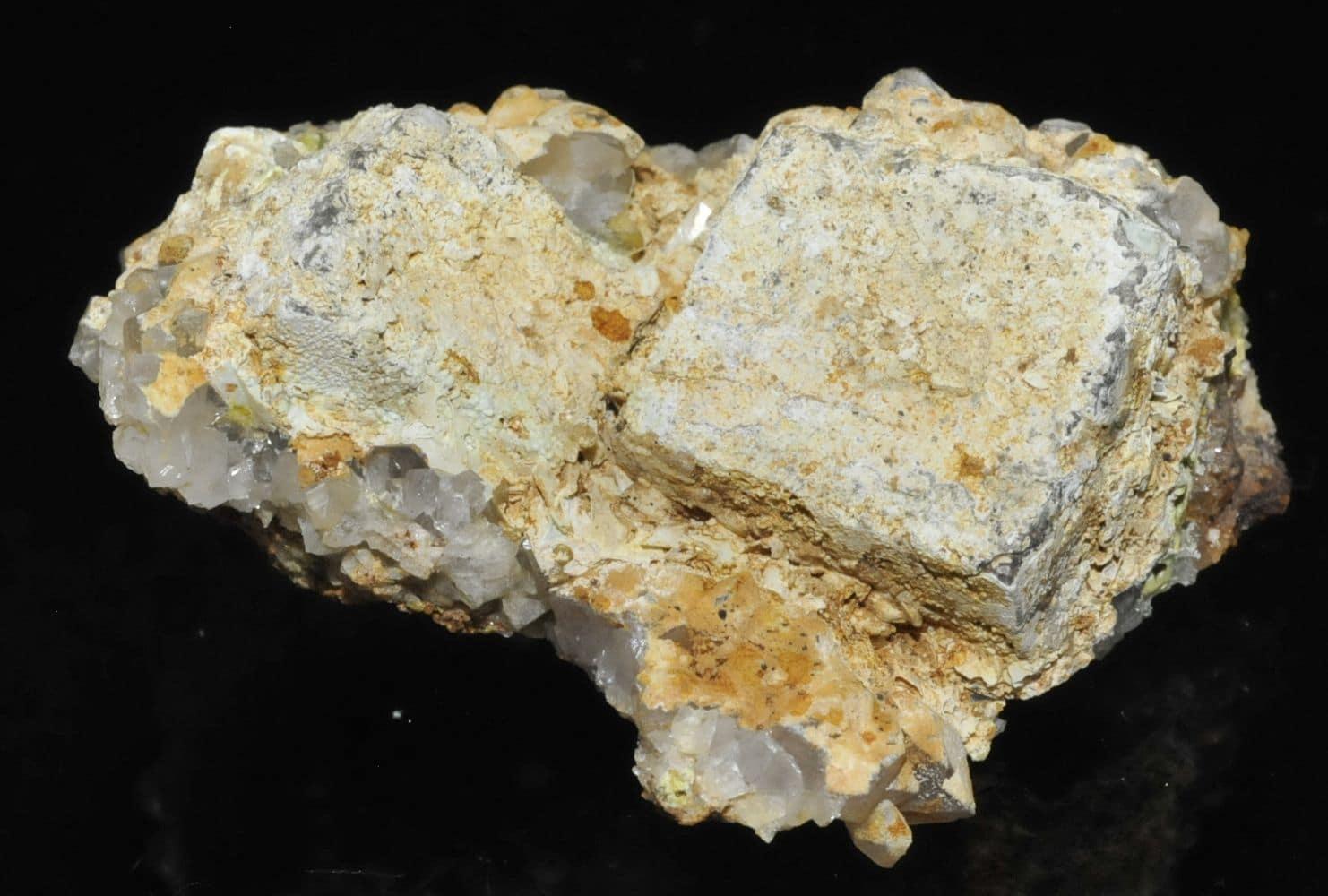 Lead Hydroxyapatite sur galène avec quartz et pyromorphite de l'Argentolle (Saône et Loire).