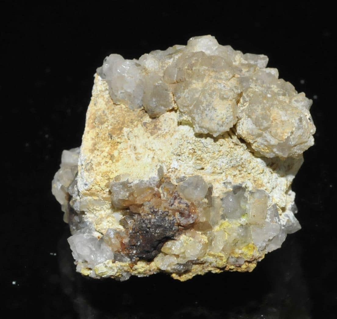 Galène avec quartz, pyromorphite et Lead hydroxyapatite de l'Argentolle (Petit spécimen sympathique de Lead hydroxyapatite sur cristaux galène et avec cristaux de quartz, la galène présente un peu de pyromorphite. Des minéraux de la carrière du Rocher du Bœuf à l'Argentolle dans le Morvan (Saône-et-Loire).