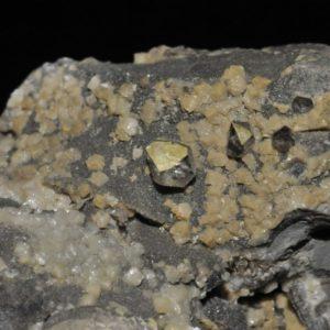 """Quartz """"diamant"""" et ankérite dans une septaria (Drôme)."""