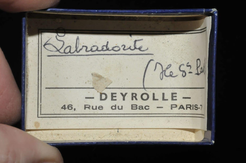 Labradorite de l'île Saint Paul en océan Indien (ex Deyrolle).