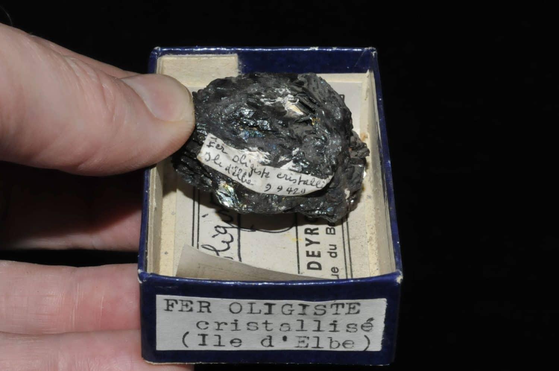 Fer oligiste cristallisé (hématite) de l'île d'Elbe en Italie (ex Deyrolle).