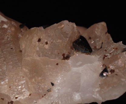 Groupe de quartz avec des anatases et de la dravite en provenance de la Lauzière, en Savoie