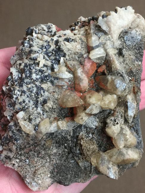 Cinabre, avec tétraédrite, calcite et dolomite, de Usclas-du-Bosc, près de Loiras, Hérault.