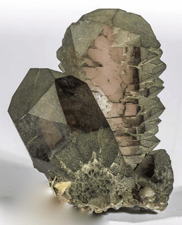 """Cristal de quartz """"Gwindel long"""", recouvert de chlorite, avec un cristal de quartz prismatique et cristaux d'adulaire, du bassin de Talèfre, massif du Mont-Blanc à Chamonix."""