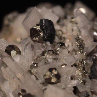 Bournonite sur quartz, dolomite et pyrite, Saint-Pierre-de-Mésage, Isère.