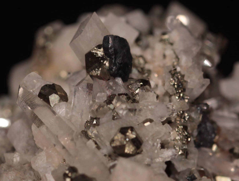 Bournonite sur quartz, dolomite et pyrite, Saint Pierre de Mésage, Isère.