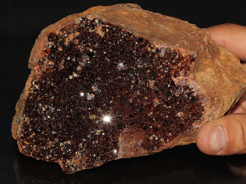 Grenat et cristaux de clinochlore provenant du Val d'Ala, en Italie.
