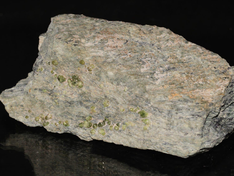 Grenat, variété démantoïde, Val Malenco, Italie.