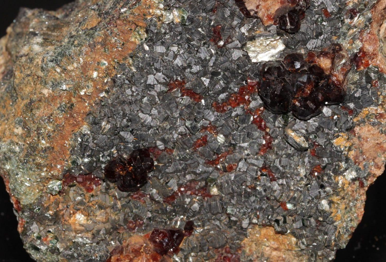 Grenat hessonite et cristaux de clinochlore, Val d'Ala, Italie.