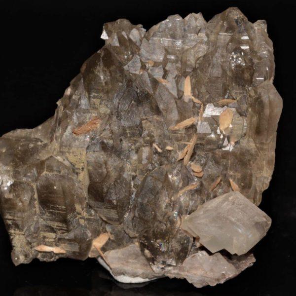 Quartz, calcite et titanite (sphène), gorges de Durnand, Valais, Suisse.