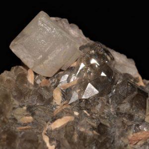 Quartz , calcite et titanite (sphène), gorges de Durnand, Valais, Suisse.