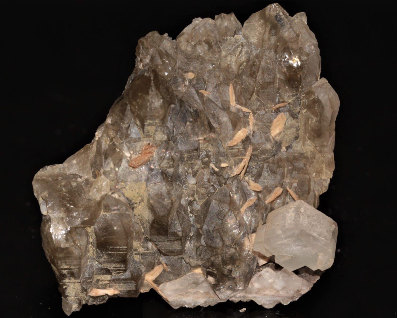 Quartz , calcite et sphène, gorges de Durnand, Valais, Suisse.