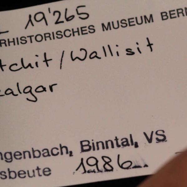 Hatchite, Réalgar et wallisite, carrière de Lengenbach, Binntal, Suisse.