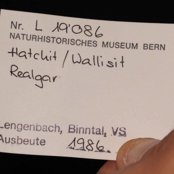 Hatchite, wallisite et réalgar, carrière de Lengenbach, Binntal, Suisse.