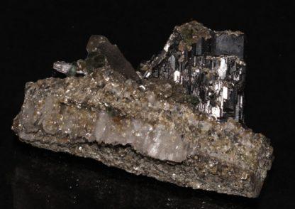 Cristaux d'apatite sur wolframite et quartz, Panasqueira, Portugal.