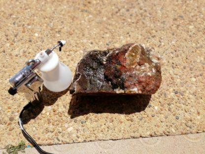Nettoyage d'un bloc de quartz hématoïde de Péret dans l'Hérault : avant.