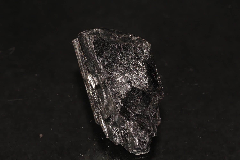 Cristal de wolframite provenant des mines de Panasqueira au Portugal.