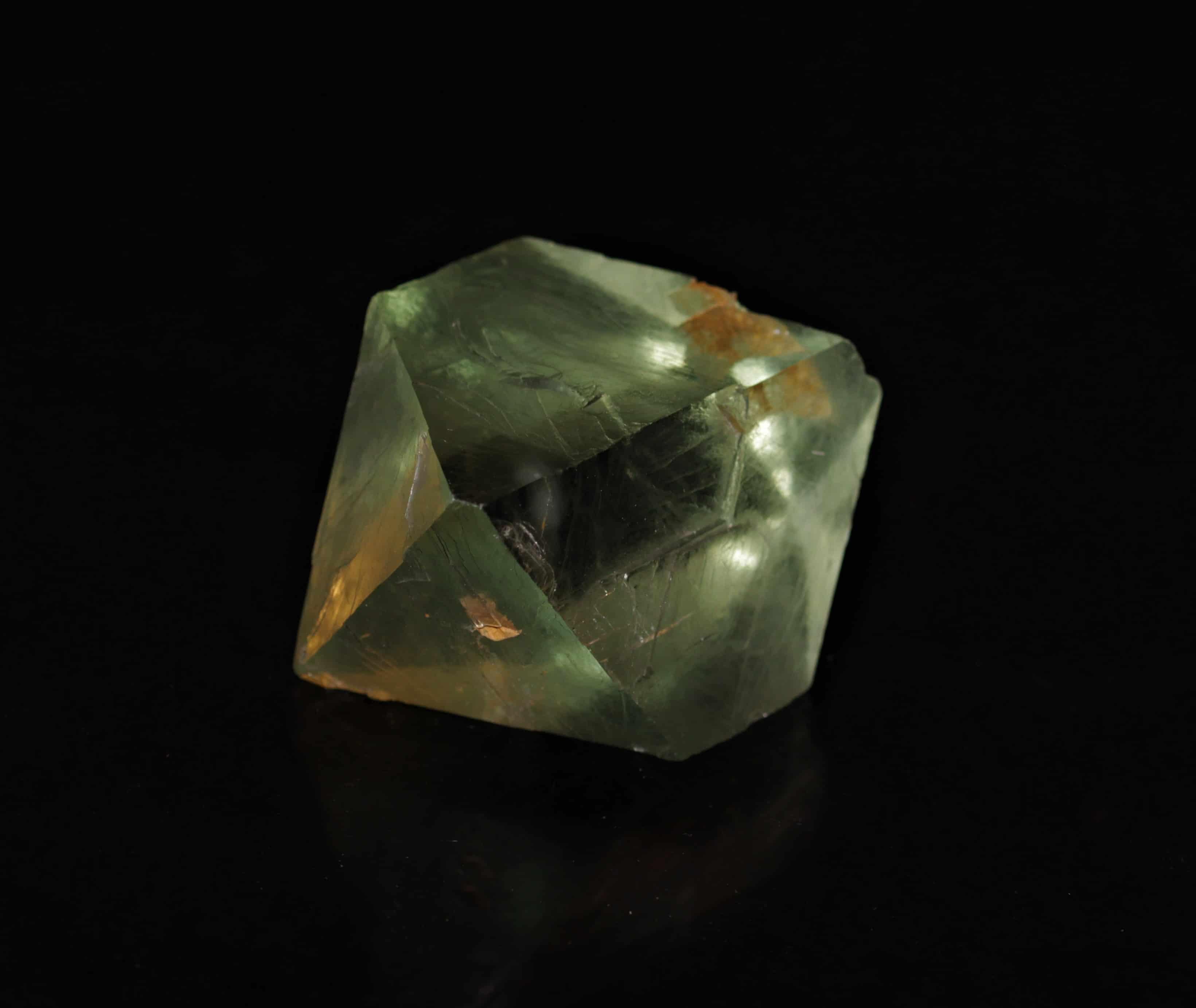 Fluorine de Seilles, petit octaèdre vert, carrière de Boltry, Belgique.