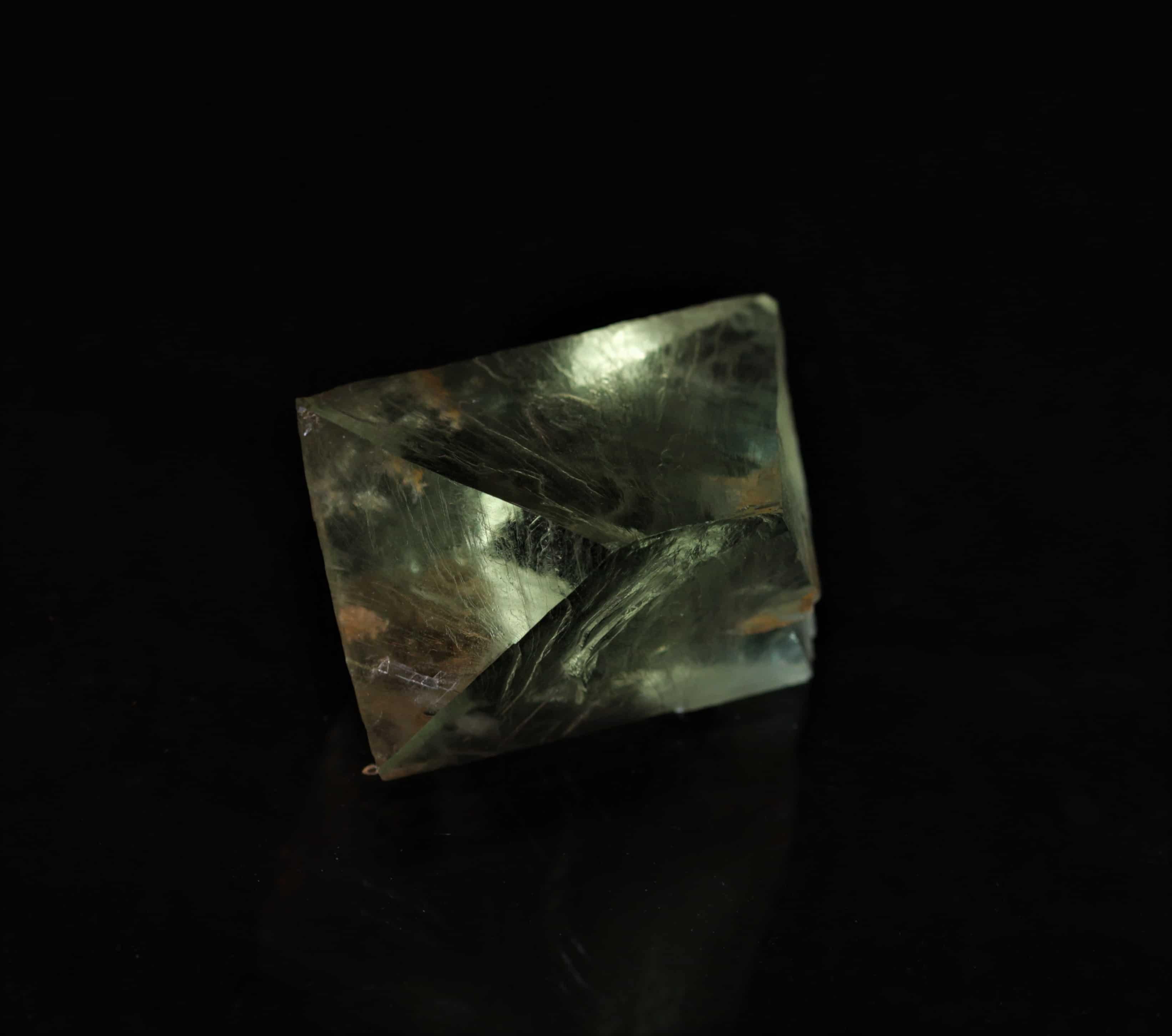 Petit octaèdre de fluorine verte, carrière de Boltry, Seilles, Belgique.