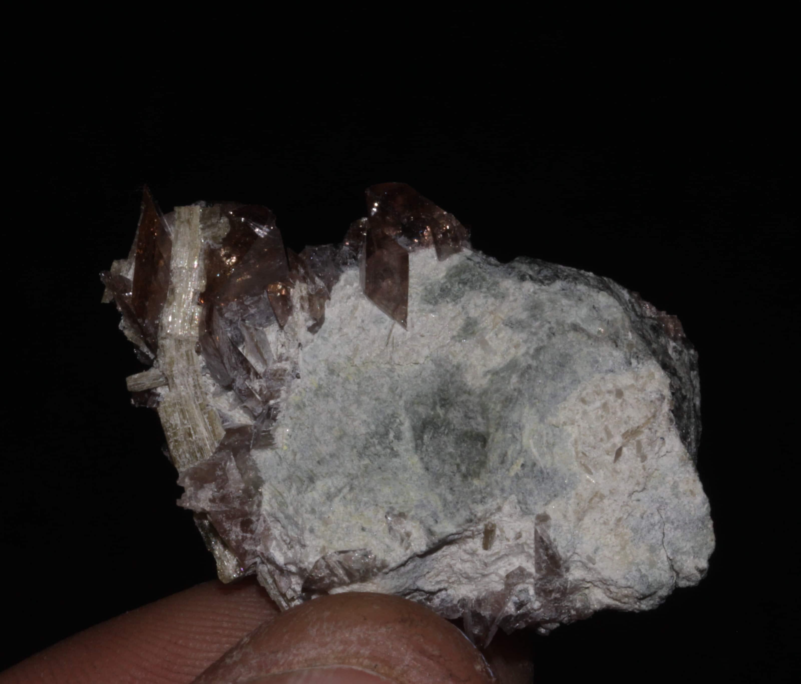 Cristal d'axinite et épidote, Rochers d'Armentier, Isère.