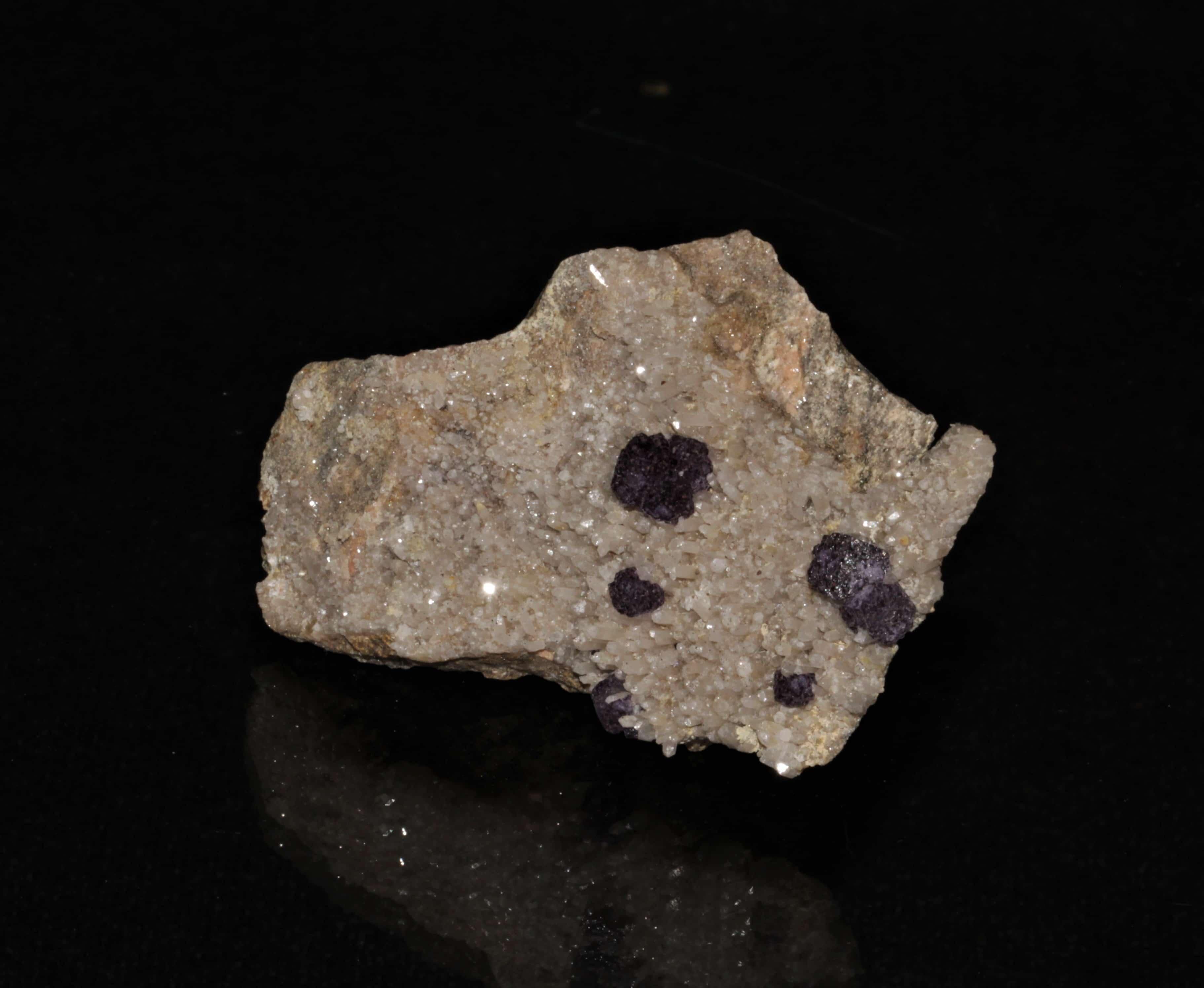 Fluorite sur quartz, carrière de Nouaillas, Ambazac, Haute-Vienne.