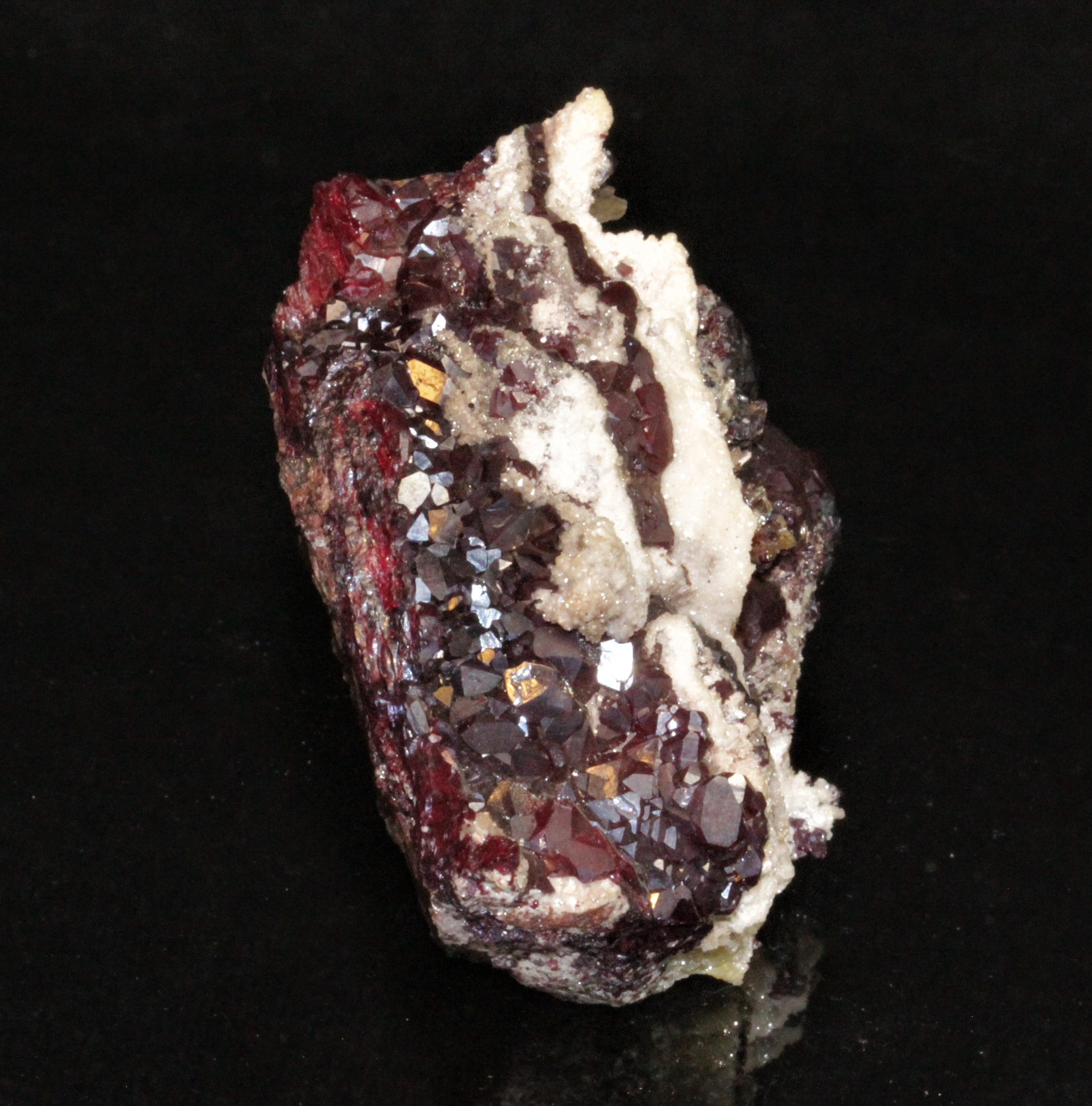 Groupe de cristaux de cuprite, Tsumeb, Namibie.