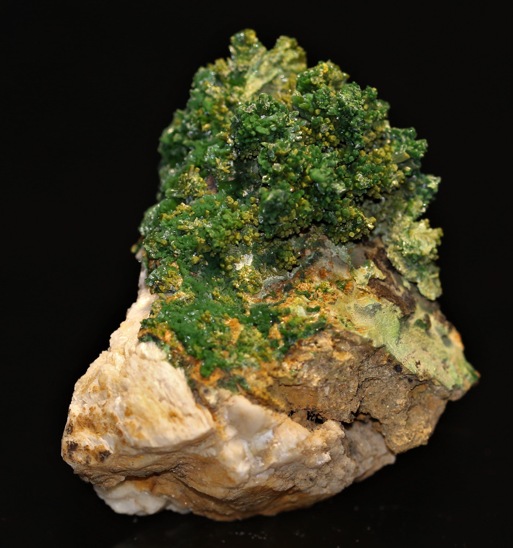 Pyromorphite verte en cristaux sur gangue de la mine des Farges (Corrèze).