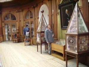 Dans cette salle, la collection de minéraux, notez les meubles 19ème, remplis de spécimens de fluorite.