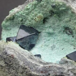 Cristal de Cuprite sur chrysocolle, mine de Mashamba, Katanga, Congo.