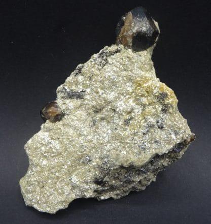 Cassitérite sur Muscovite, mine de La Villeder, Roc-Saint-André, Morbihan.