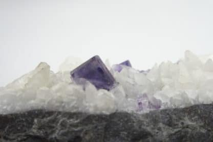 Fluorite sur calcite, Lavaux-Sainte-Anne, Rochefort, Namur, Belgique.
