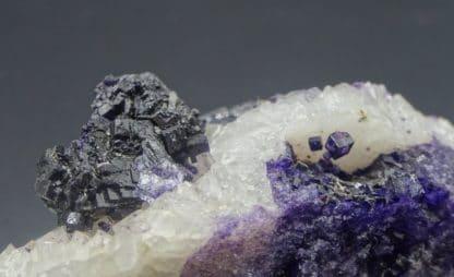 """Fluorite violette """"parquetée"""" sur Quartz, Saint-Augustin, Fontsante, Var."""