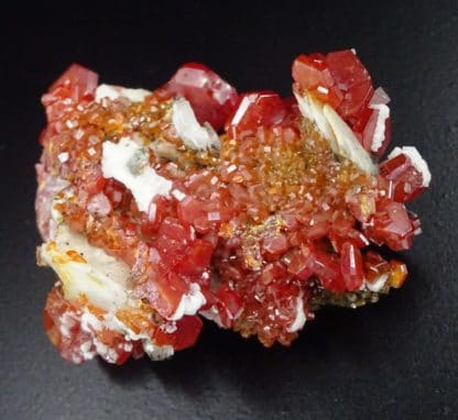 Vanadinite sur baryte, district de Mibladen, Maroc.