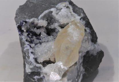Fluorine et Calcite maclée, Glageon, Nord, Hauts-de-France.