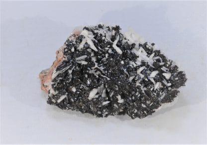Sidérite noire sur Calcite et Baryte, Voltennes, Morvan, Saône-et-Loire.