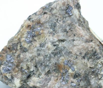 Molybdénite dans granite, Saut de la Truite, Ballon d'Alsace, Lepuix (90).