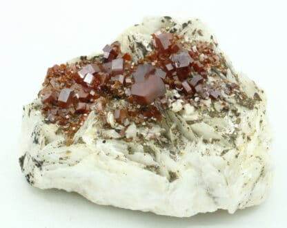 Cristaux de Vanadinite sur baryte, district de Mibladen, Maroc.