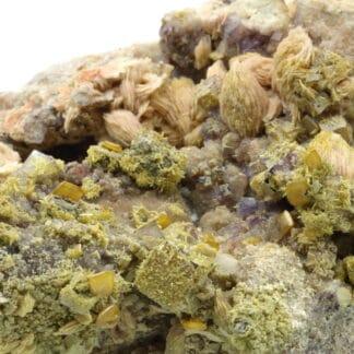Mimétite, wulfénite, barytine, fluorite, Lantignié, Rhône.