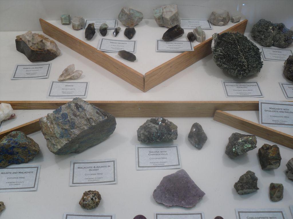 Vitrine faite par une famille de collectionneurs de minéraux du club de Denver (USA), découvertes locales (Colorado).