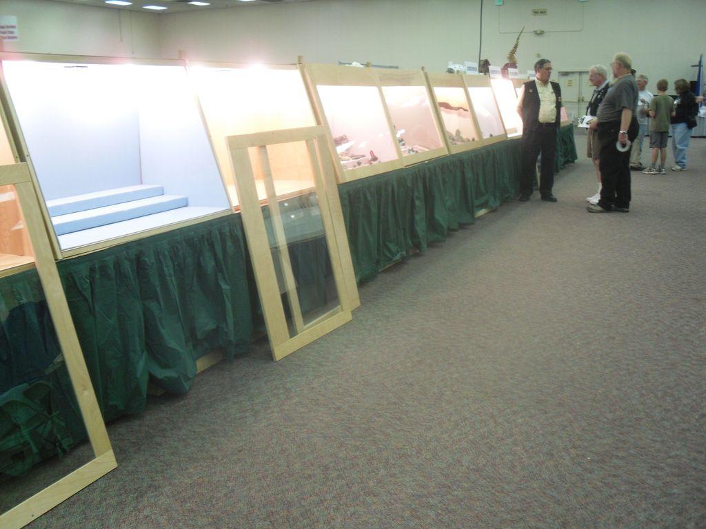 Les vitrines d'exposition bien conçues de la bourse aux minéraux de Denver.