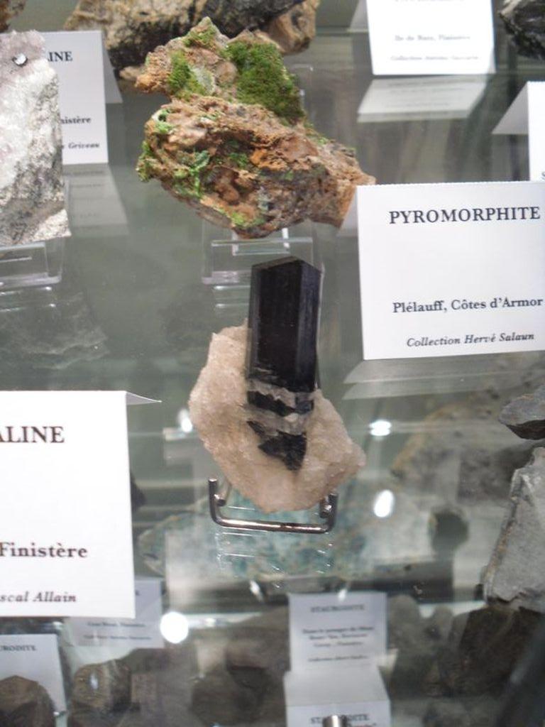 Tourmaline du Finistère, et derrière, pyromorphite de Plélauff.